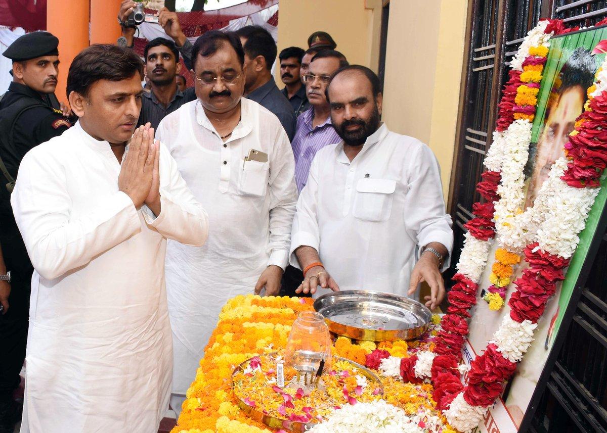 उत्तर प्रदेश के मुख्यमंत्री श्री अखिलेश यादव 21 जून, 2016 को जौनपुर में शहीद थानाध्यक्ष संतोष यादव के चित्र पर पुष्प अर्पित कर श्रद्धांजलि देते हुए।
