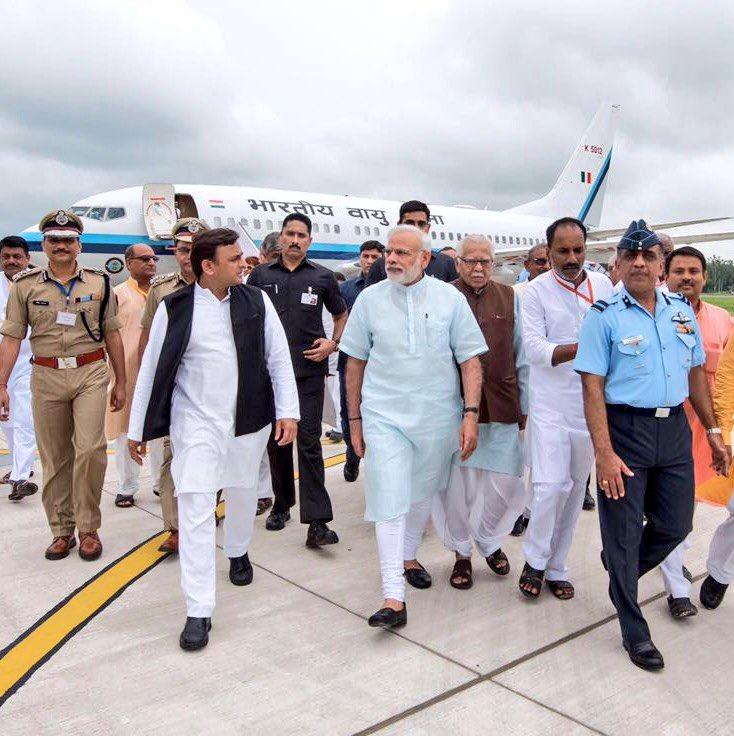 उत्तर प्रदेश के राज्यपाल श्री राम नाईक एवं मुख्यमंत्री श्री अखिलेश यादव ने आज प्रधानमंत्री श्री नरेन्द्र मोदी के गोरखपुर आगमन पर उनकी अगवानी की और प्रदेश के विकास के लिए सहयोग मांगा।