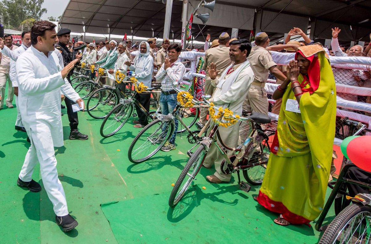 मुख्यमंत्री श्री अखिलेश यादव 10 जुलाई, 2016 को जनपद फिरोजाबाद में आदर्श कृष्ण महाविद्यालय, शिकोहाबाद के शताब्दी समारोह
