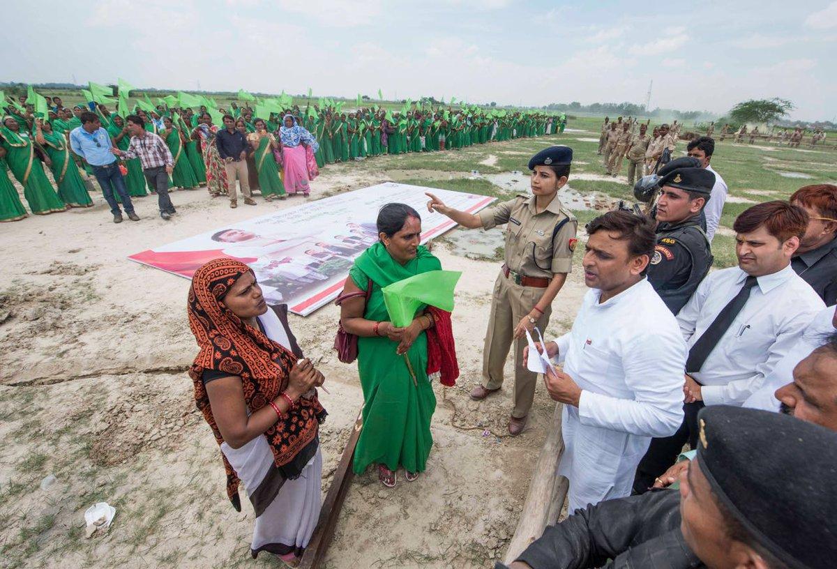मुख्यमंत्री श्री अखिलेश यादव ने जनपद कन्नौज में वृक्षारोपण कार्यक्रम में शिरकत की