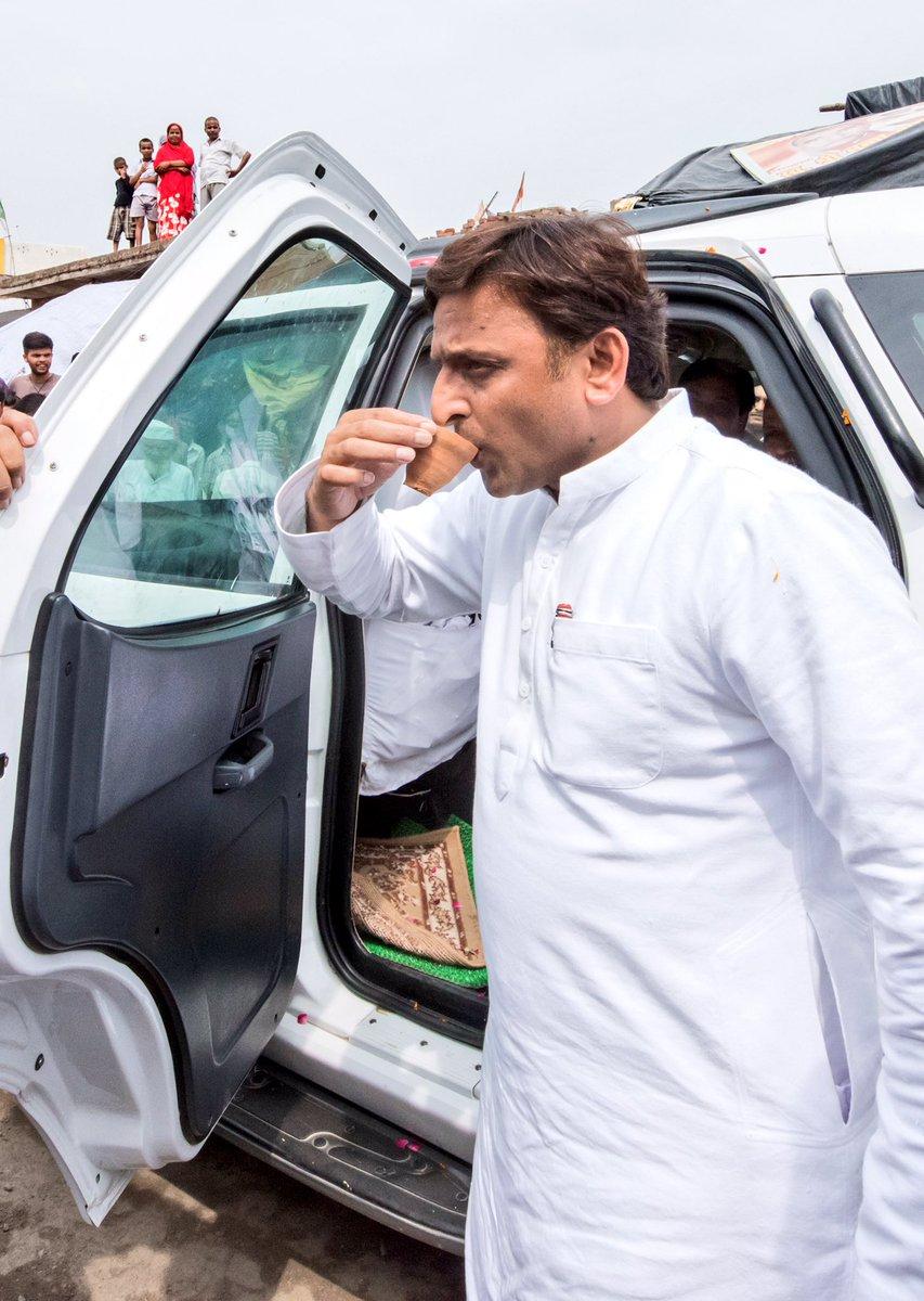 कन्नौज में कार्यकर्ताओं के साथ सड़क पर खड़े होकर मुख्यमंत्री अखिलेश यादव ने पी चाय