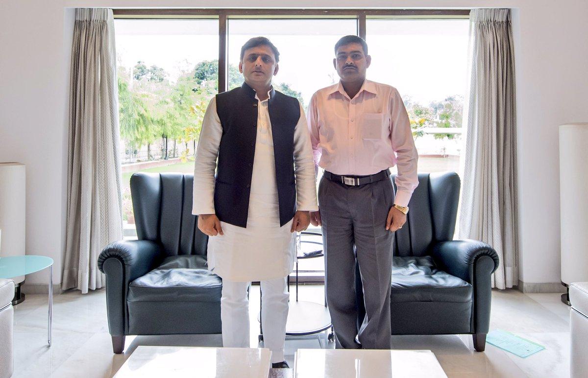 उत्तर प्रदेश के मुख्यमंत्री श्री अखिलेश यादव से 28 जुलाई, 2016 को उनके सरकारी आवास पर परमवीर चक्र विजेता श्री योगेन्द्र सिंह यादव ने भेंट की।