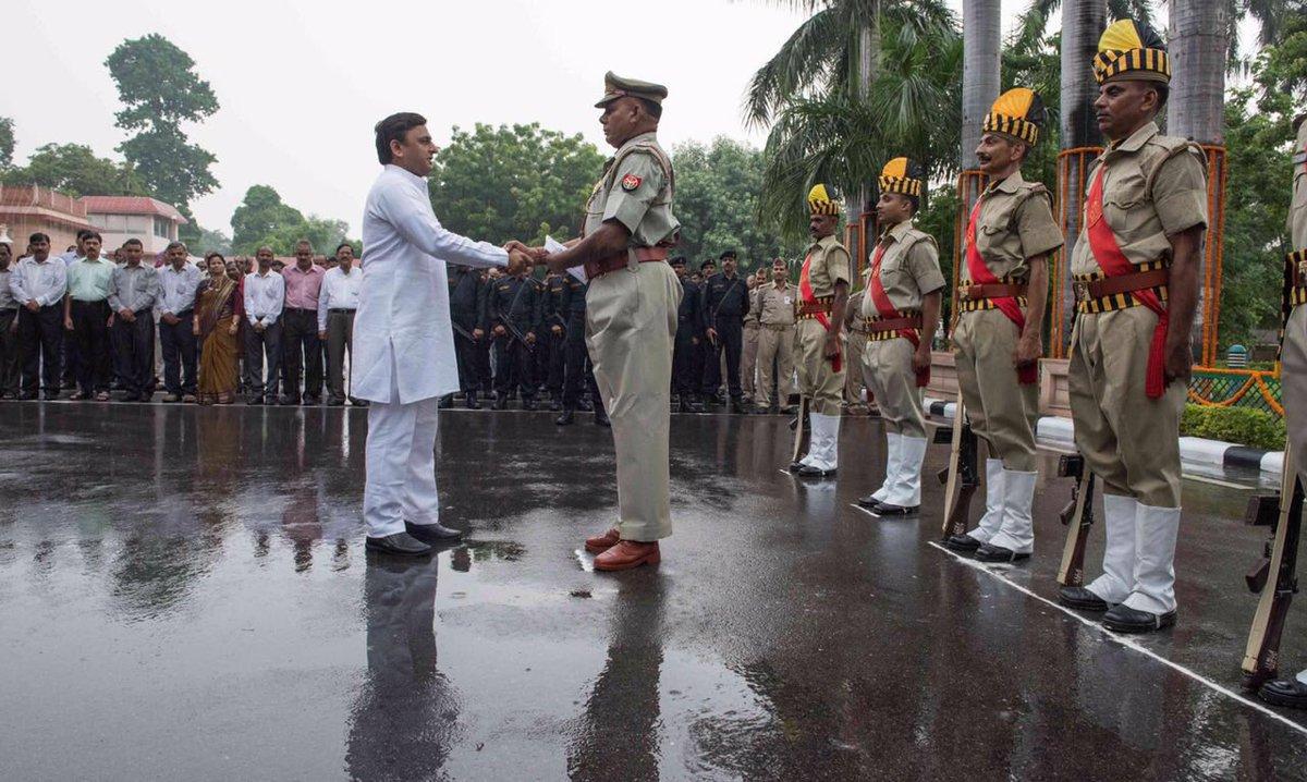 मुख्यमंत्री श्री अखिलेश यादव ने स्वतंत्रता दिवस पर अपने सरकारी आवास पर ध्वजारोहण किया