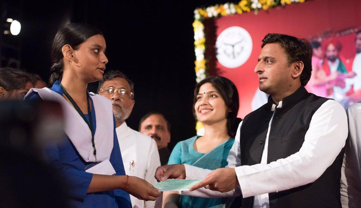 मुख्यमंत्री श्री अखिलेश यादव 17 अगस्त, 2016 को लखनऊ में आयोजित 'कन्या विद्या धन वितरण2016' समारोह के दौरान एक मेधावी छात्रा को चेक प्रदान करते हुए।
