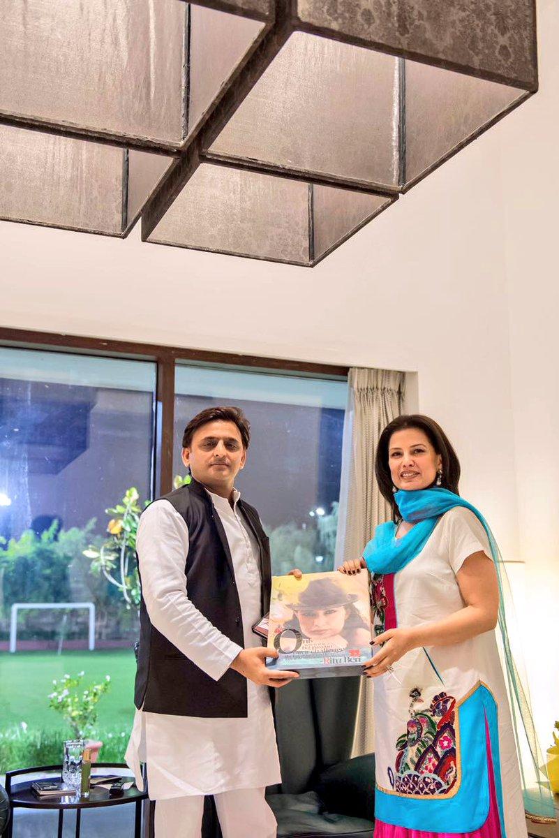 Chief Minister Akhilesh Yadav with the international fashion designer Ritu Beri