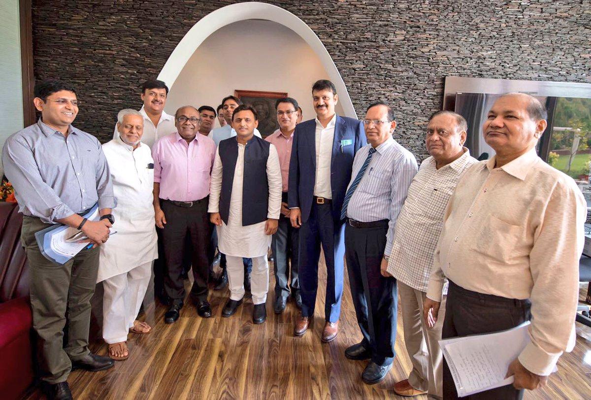 मुख्यमंत्री श्री अखिलेश यादव से डेयरी उद्योग के प्रतिनिधिमण्डल ने मुलाकात की
