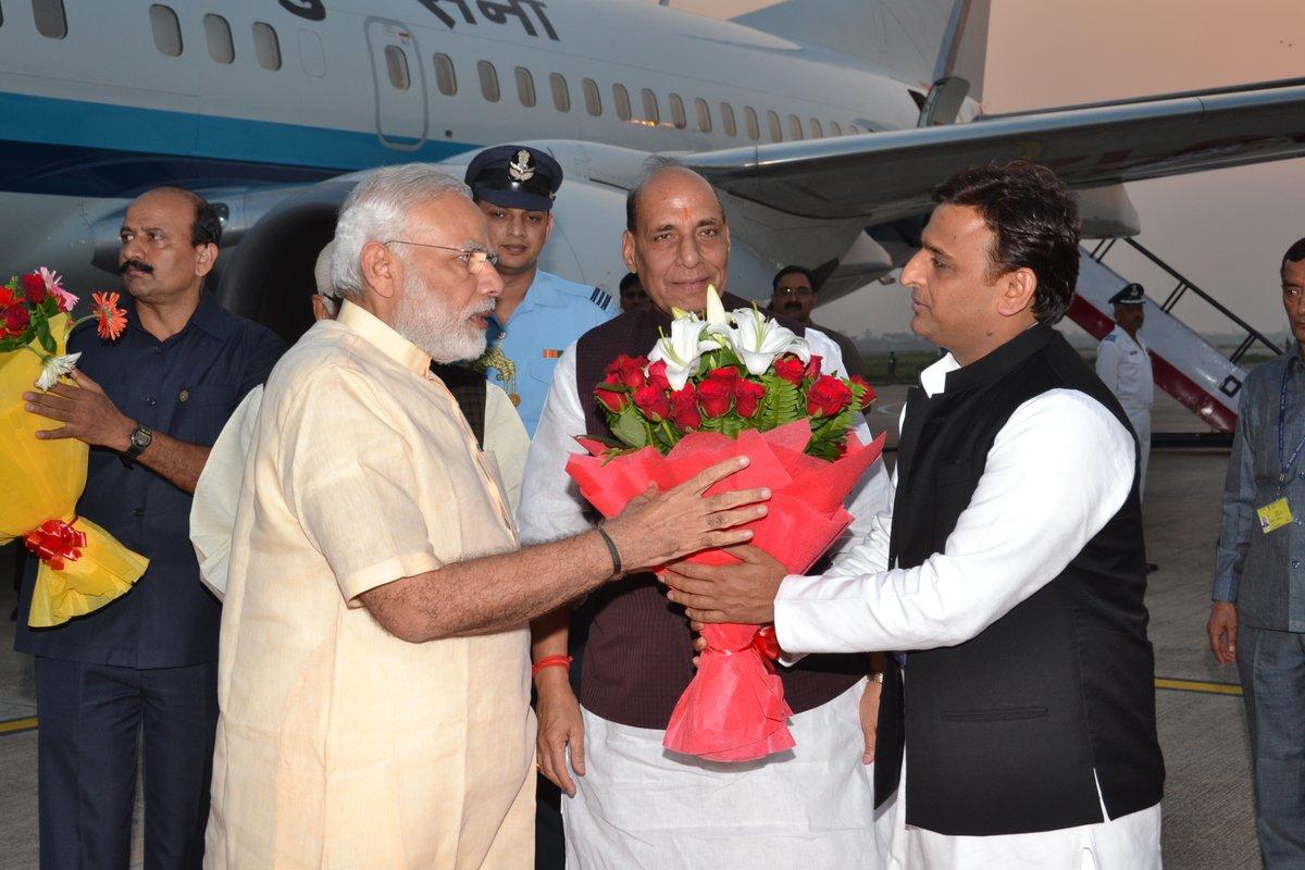 मुख्यमंत्री श्री अखिलेश यादव ने लखनऊ हवाई अड्डे पर प्रधानमंत्री श्री नरेन्द्र मोदी का स्वागत किया