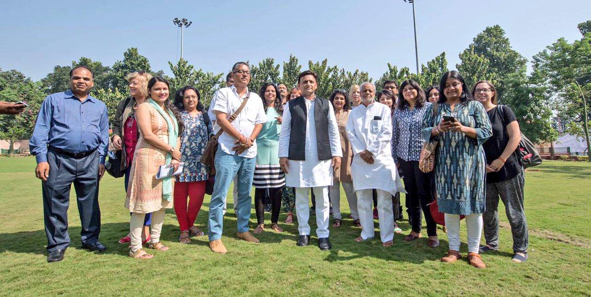 मुख्यमंत्री श्री अखिलेश यादव ने उ0प्र0 ट्रैवेल राइटर्स कॉन्क्लेव-2016 का शुभारम्भ किया
