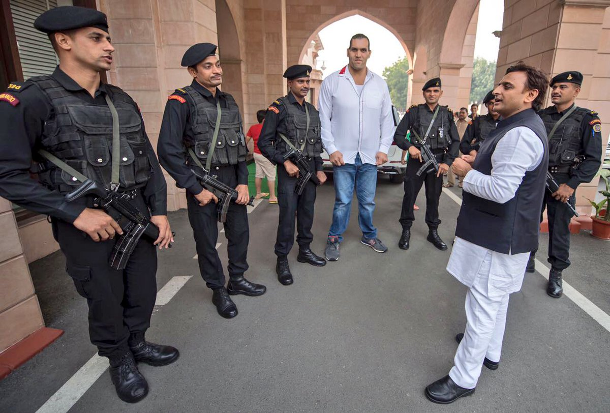 Chief Minister Akhilesh Yadav met with the great Indian wrestler Khali