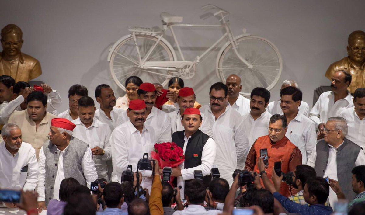 सैकड़ों समर्थकों एवम् नेताओं के साथ समाजवादी पार्टी में शामिल हुए वरिष्ठ नेता इंद्रजीत सरोज जी का स्वागत ।