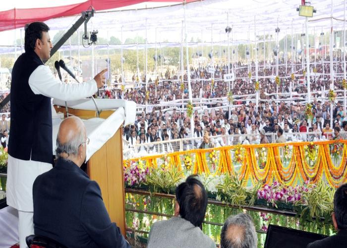 11 दिसम्बर, 2014 को उत्तर प्रदेश के मुख्यमंत्री श्री अखिलेश यादव जनपद उन्नाव में ट्रांस गंगा परियोजना के शिलान्यास समारोह को सम्बोधित करते हुए।