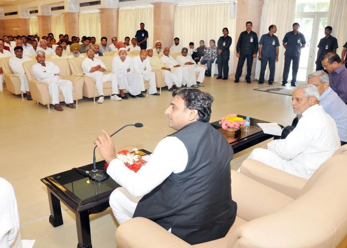 उत्तर प्रदेश के मुख्यमंत्री श्री अखिलेश यादव 25 मार्च, 2015 को अपने सरकारी आवास पर गन्ना किसानों के प्रतिनिधिमण्डल से वार्ता करते हुए।