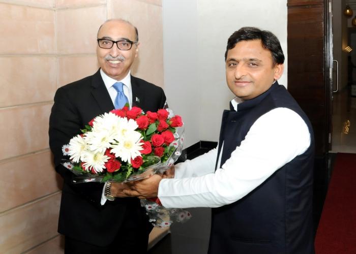 मुख्यमंत्री श्री अखिलेश यादव 11 मई, 2015 को अपने सरकारी आवास पर भारत में पाकिस्तान के उच्चायुक्त श्री अब्दुल बासित का स्वागत करते हुए।