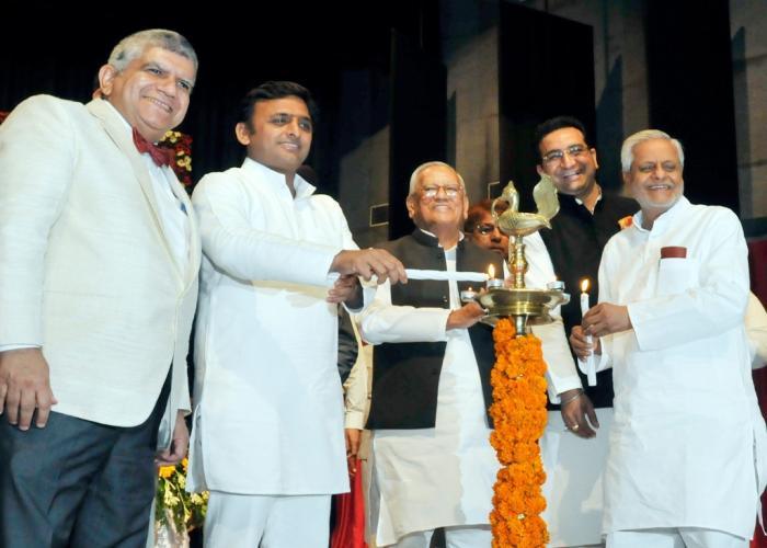 उत्तर प्रदेश के मुख्यमंत्री श्री अखिलेश यादव 18 सितम्बर, 2014 को के.जी.एम.यू., लखनऊ में आयोजित लोकार्पण एवं शिलान्यास कार्यक्रम का दीप प्रज्ज्वलित कर शुभारम्भ करते हुए।