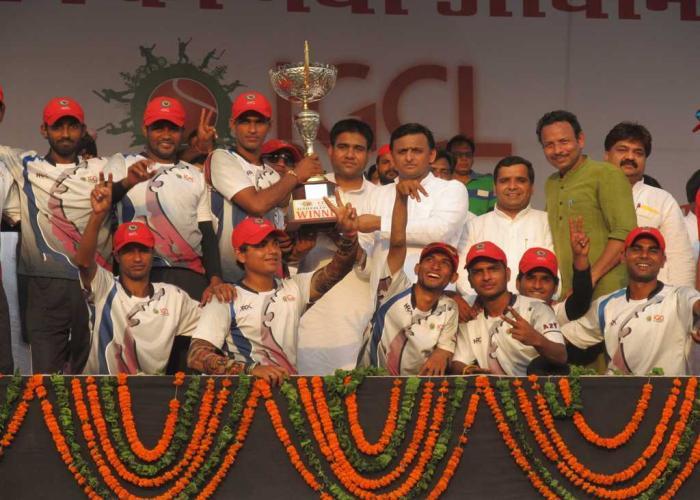 मुख्यमंत्री श्री अखिलेश यादव दिनांक 8 सितम्बर, 2015 को स्पोट्र्स स्टेडियम बरेली में आयोजित कार्यक्रम में आई0जी0सी0एल0 टूर्नामेंट की विजेता टीम को ट्राॅफी देते हुए।