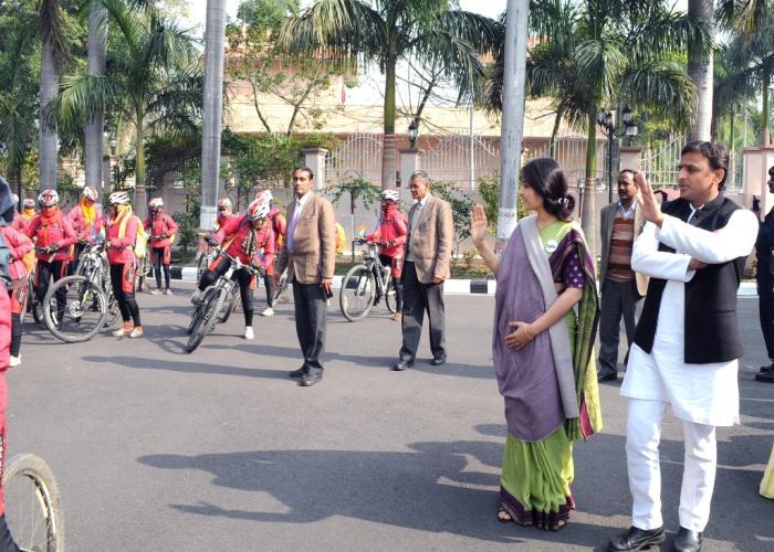 उत्तर प्रदेश के मुख्यमंत्री श्री अखिलेश यादव 23 जनवरी, 2016 को अपने सरकारी आवास पर साइकिल यात्रा पर निकलीं बौद्ध सन्यासिनों को रवाना करते हुए।
