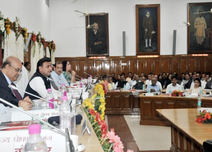 मुख्यमंत्री श्री अखिलेश यादव ने 18 मार्च, 2016 को आई.ए.एस. वीक के अवसर पर आयोजित वरिष्ठ प्रशासनिक अधिकारियों के सम्मेलन को सम्बोधित करते हुए।