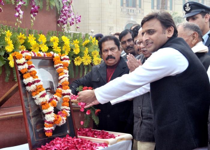 मुख्यमंत्री श्री अखिलेश यादव 23 दिसम्बर, 2015 को पूर्व प्रधानमंत्री चैधरी चरण सिंह की जयन्ती के अवसर पर उनके चित्र पर माल्यार्पण करते हुए।