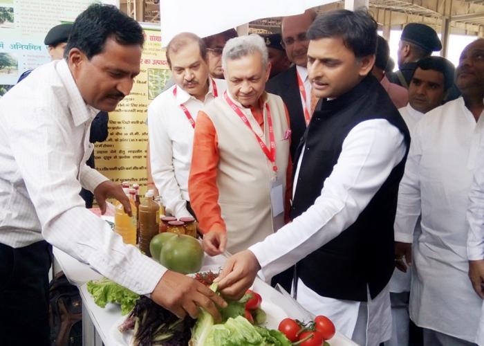 उत्तर प्रदेश के मुख्यमंत्री श्री अखिलेश यादव 28 मार्च, 2016 को सैफई, इटावा में 'उत्तर प्रदेश एग्री हार्टीटेक' में एक स्टाल का अवलोकन करते हुए।