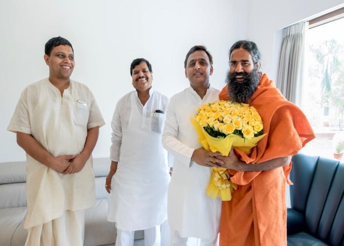 उत्तर प्रदेश के मुख्यमंत्री श्री अखिलेश यादव से 15 मई, 2016 को उनके सरकारी आवास पर योग गुरु बाबा रामदेव ने मुलाकात की।