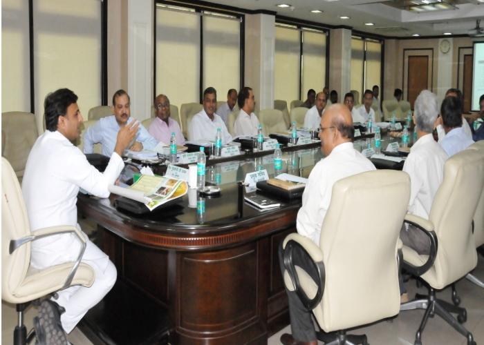 उत्तर प्रदेश के मुख्यमंत्री श्री अखिलेश यादव 3 जून, 2016 को शास्त्री भवन में मण्डी परिषद संचालक मण्डल की 150वीं बैठक की अध्यक्षता करते हुए।