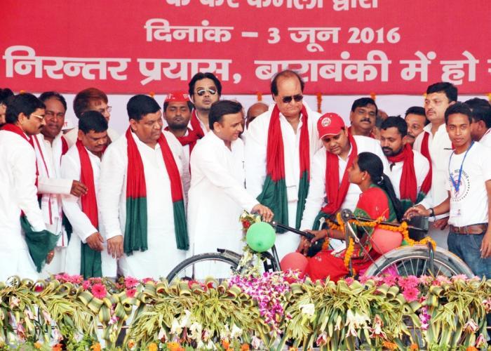 उत्तर प्रदेश के मुख्यमंत्री श्री अखिलेश यादव 3 जून, 2016 को जनपद बाराबंकी में महिला विकलांगजन को ट्राईसाइकिल प्रदान करते हुए।