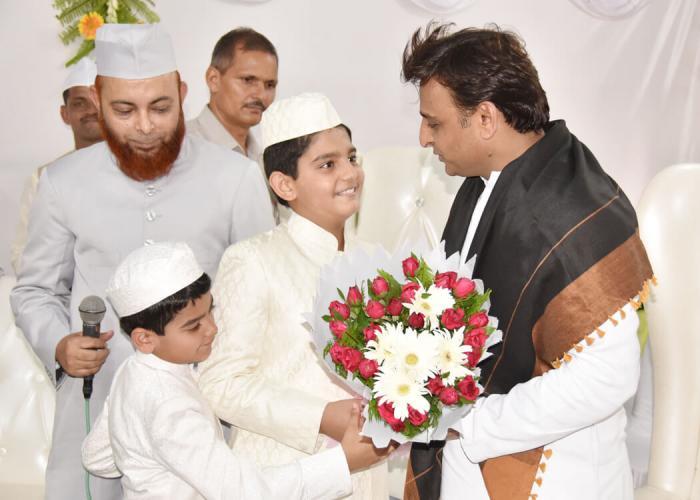 मुख्यमंत्री श्री अखिलेश यादव 7 जुलाई, 2016 को ऐशबाग ईदगाह, लखनऊ में बच्चों को ईद की मुबारकबाद देते हुए।