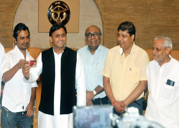 मुख्यमंत्री श्री अखिलेश यादव 14 सितम्बर, 2016 को अपने सरकारी आवास पर 'समाजवादी किसान एवं सर्वहित बीमा योजना' लागू करते हुए।