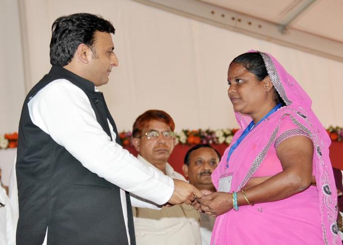 05 नवम्बर, 2014 को लखनऊ में मुख्यमंत्री श्री अखिलेश यादव समाजवादी पेंशन योजना के शुभारम्भ अवसर पर श्रीमती सुमन को परिचय पत्र प्रदान करते हुए।