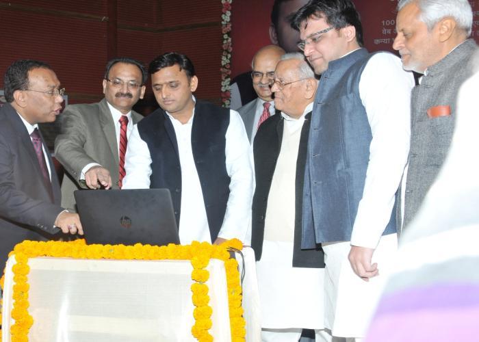 27 नवम्बर, 2014 को उत्तर प्रदेश के मुख्यमंत्री श्री अखिलेश यादव इन्दिरा गांधी प्रतिष्ठान में .pyaribitiya.in वेबसाइट लाॅन्च करते हुए।
