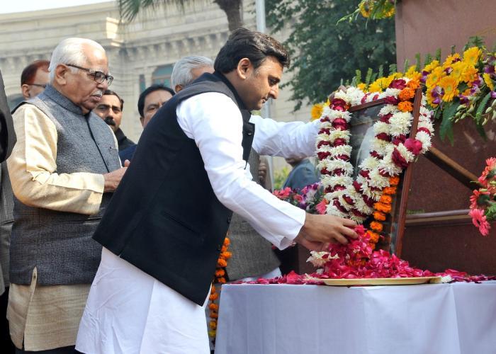 मुख्यमंत्री श्री अखिलेश यादव 23 दिसम्बर, 2014 को विधान भवन परिसर में चैधरी चरण सिंह की जयन्ती के अवसर पर उनके चित्र पर माल्र्यापण करते हुए।