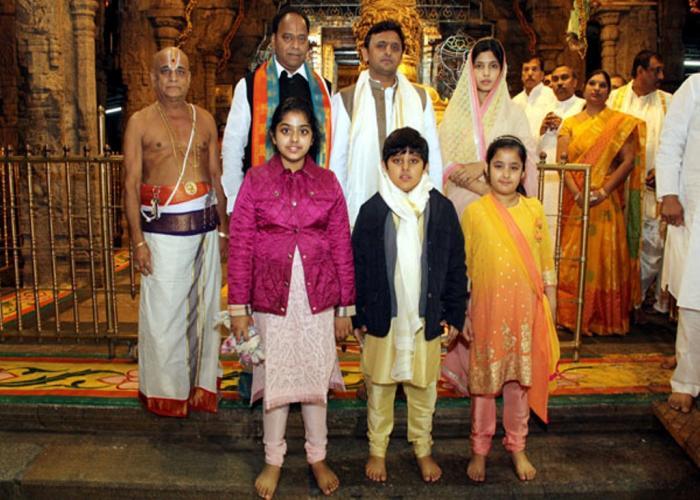 उत्तर प्रदेश के मुख्यमंत्री श्री अखिलेश यादव 11 जनवरी, 2015 को तिरूपति बालाजी मंदिर में दर्शन के अवसर पर।