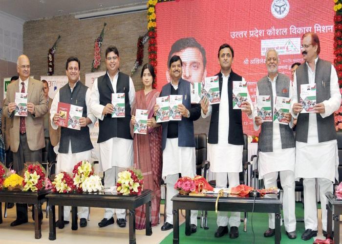 मुख्यमंत्री श्री अखिलेश यादव 12 जनवरी, 2015 को अपने सरकारी आवास पर उत्तर प्रदेश कौशल विकास मिशन विवरणिका का विमोचन करते हुए।