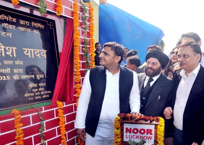 मुख्यमंत्री श्री अखिलेश यादव 02 फरवरी, 2015 को जनपद महोबा के ग्राम करहरांकलां में सौर ऊर्जा संयंत्र का लोकार्पण करते हुए।