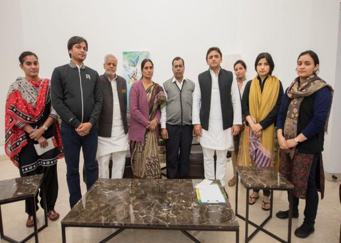 मुख्यमंत्री श्री अखिलेश यादव से 24 दिसम्बर, 2015 को उनके सरकारी आवास पर निर्भया के मातापिता तथा परिवार के अन्य सदस्यों ने भेंट की।