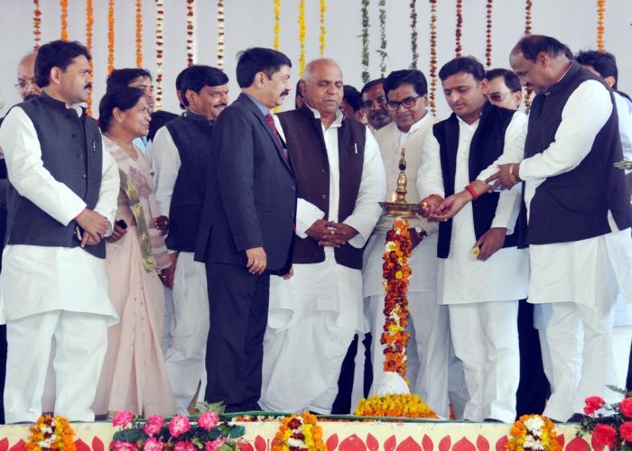 उत्तर प्रदेश के मुख्यमंत्री श्री अखिलेश यादव 05 मार्च, 2015 को सैफई, इटावा में आयोजित कार्यक्रम को दीप प्रज्ज्वलित कर शुभारम्भ करते हुए।