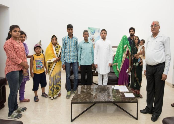 मुख्यमंत्री श्री अखिलेश यादव 4 मई, 2016 को जालौन और चन्दौली के शहीद भोला सिंह तथा श्रीकान्त यादव के परिजनों को 2020 लाख रुपये की सहायता उपलब्ध कराने के उपरान्त।