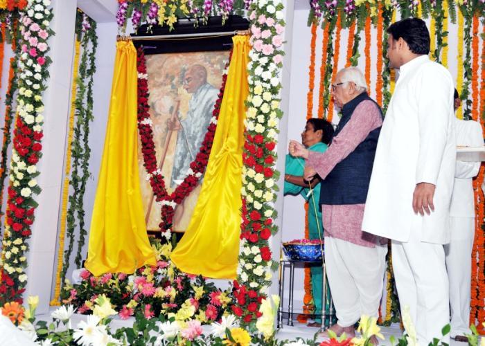 2 अक्टूबर, 2014 को तिलक हाल में आयोजित कार्यक्रम, लखनऊ में राज्यपाल व मुख्यमंत्री श्री अखिलेश यादव।