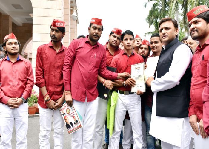 मुख्यमंत्री श्री अखिलेश यादव 31 अगस्त, 2016 को लखनऊ में लेह से कन्याकुमारी तक साइकिल यात्रा करने वाले दल के सदस्यों से साथ।