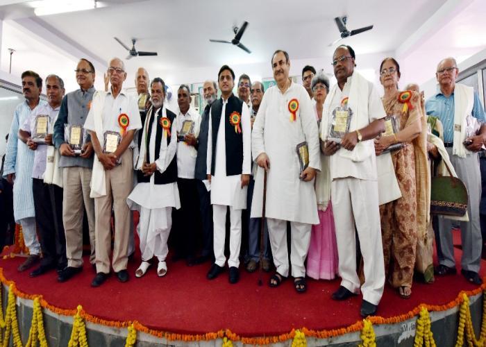 मुख्यमंत्री श्री अखिलेश यादव 11 सितम्बर, 2016 को लखनऊ के मुमताज़ पी0जी0 कॉलेज में शिक्षा और शिक्षकों की समस्याओं के लिए संघर्ष करने वाले निवर्तमान शिक्षकगण के साथ।