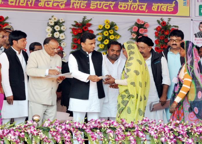 मुख्यमंत्री श्री अखिलेश यादव 12 फरवरी, 2015 को जनपद जालौन में समाजवादी पेंशन योजना की एक लाभार्थी को परिचय पत्र प्रदान करते हुए।