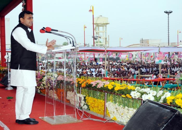 उत्तर प्रदेश के मुख्यमंत्री श्री अखिलेश यादव 12 मार्च, 2015 को जनपद बांदा में आयोजित कार्यक्रम को सम्बोधित करते हुए।