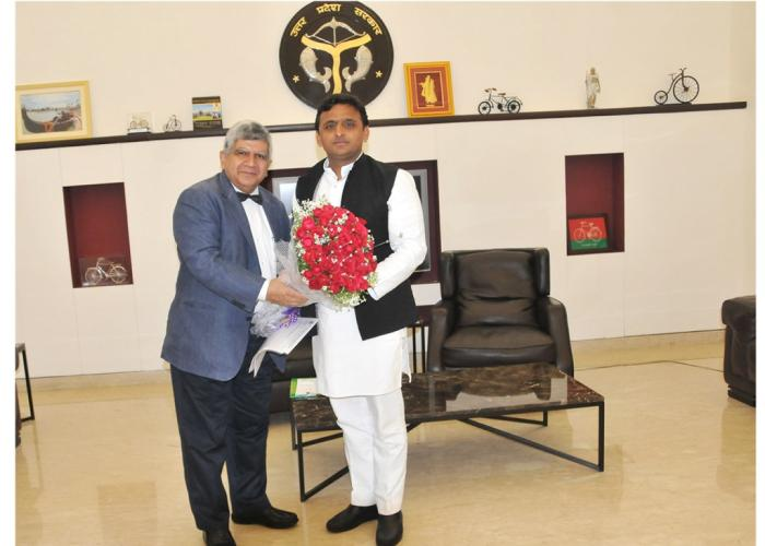 उत्तर प्रदेश के मुख्यमंत्री श्री अखिलेश यादव को 26 अप्रैल, 2015 को उनके सरकारी आवास पर के.जी.एम.यू. के कुलपति प्रो. रवि कांत बुके भेंट करते हुए।