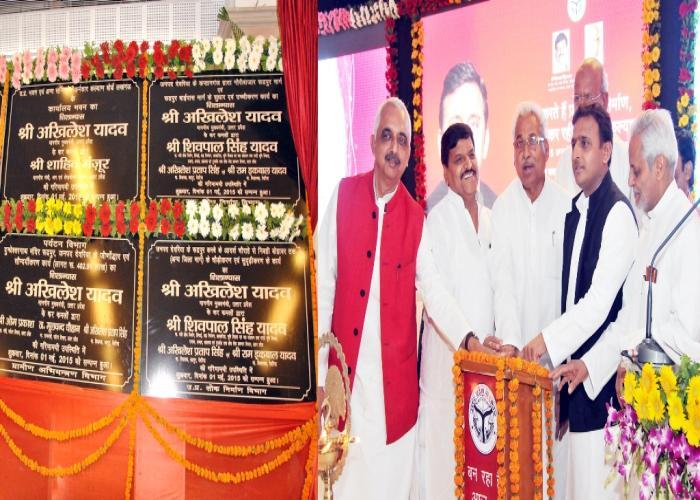 उत्तर प्रदेश के मुख्यमंत्री श्री अखिलेश यादव 1 मई, 2015 को अन्तर्राष्ट्रीय मजदूर दिवस के अवसर पर विभिन्न विकास परियोजनाओं का शिलान्यास एवं लोकार्पण करते हुए।
