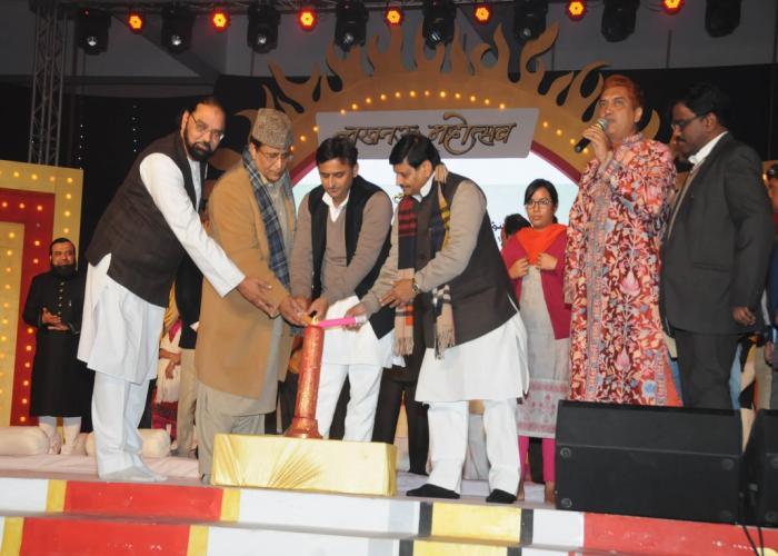 मुख्यमंत्री श्री अखिलेश यादव 29 जनवरी, 2016 को लखनऊ महोत्सव में आयोजित मुशायरे की शमा रोशन करते हुए।