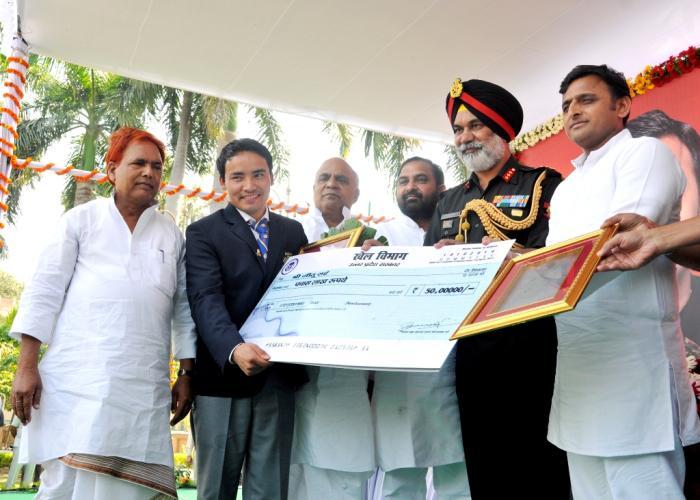 18 अक्टूबर, 2014 को उत्तर प्रदेश के मुख्यमंत्री श्री अखिलेश यादव राष्ट्रमण्डल व एशियाई खेल2014 में निशानेबाजी में स्वर्ण पदक प्राप्त श्री जीतू राई को सम्मानित करते हुए।