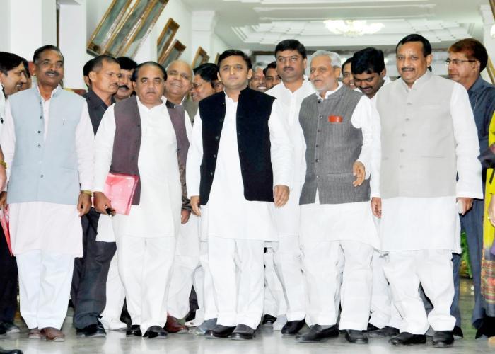 दिनांक 14 नवम्बर, 2014 को उत्तर प्रदेश के मुख्यमंत्री श्री अखिलेश यादव लखनऊ में विधान सभा सत्र में सम्मिलित होने के लिए सदन में जाते हुए।
