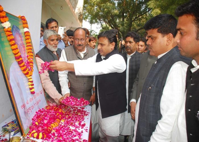 26 नवम्बर, 2014 को मुख्यमंत्री श्री अखिलेश यादव प्रतापगढ़ मंे सदर विधायक श्री नागेन्द्र सिंह के स्व0 पिता के चित्र पर माल्यार्पण कर श्रद्धांजलि देते हुए।