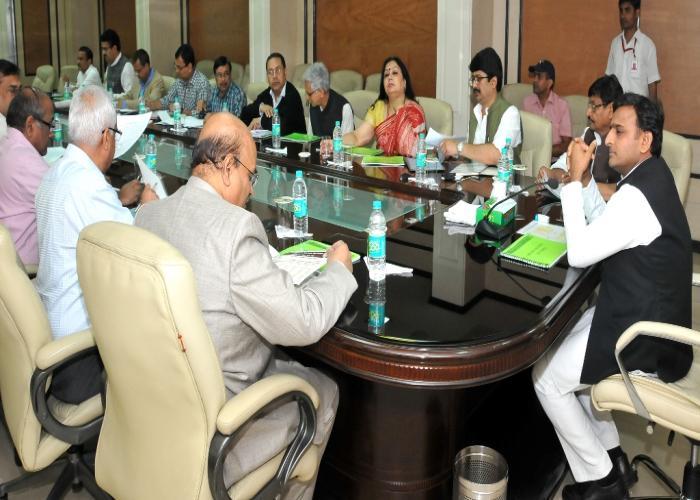 मुख्यमंत्री श्री अखिलेश यादव 20.3.15 को लखनऊ में रबी विपणन वर्ष 2015 16 के अन्तर्गत गेहूं खरीद योजना की उच्च स्तरीय समीक्षा करते हुए।