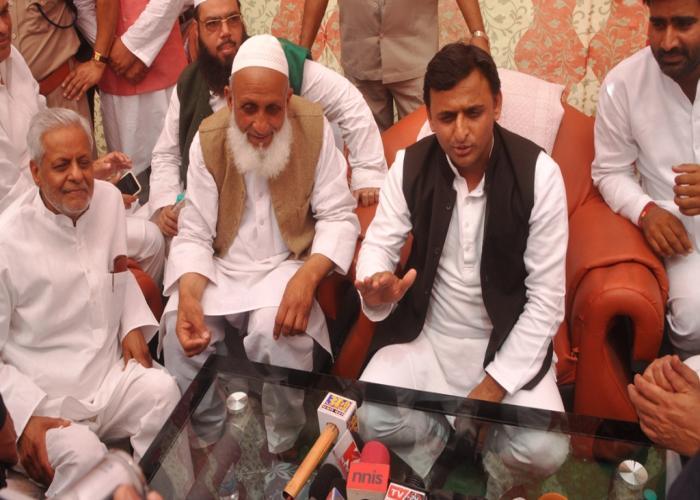 मुख्यमंत्री श्री अखिलेश यादव 31 मार्च, 2015 को हुडको द्वारा लोहिया ग्रामीण आवास योजना हेतु ऋण स्वीकृृति पत्र भेंट किया गया।